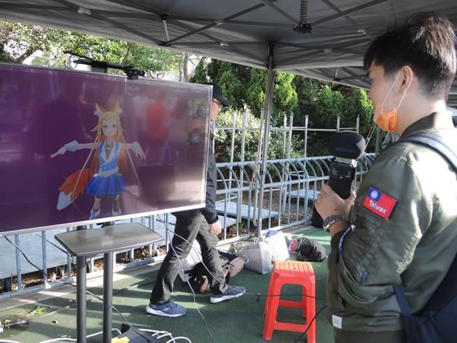 交大推出的虛擬角色妮酷在校慶運動會上現身,與學生們對談互動。(邱立雅攝)