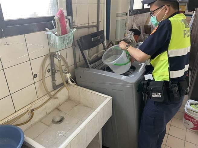 造橋分駐所員警協助王姓婦人處理家中洗衣機。(竹南警分局提供/謝明俊苗栗傳真)