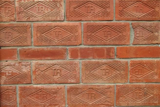 葉家老屋外牆厚實,不僅以泥磚作為基底,還鋪上一層TR磚。(黃婉婷攝)