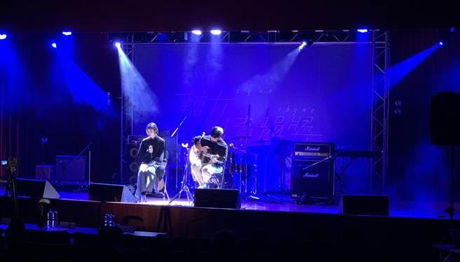 輔大青韻獎開場嘉賓即邀請到「南西肯恩」雙主唱樂團。(Campus編輯室攝)
