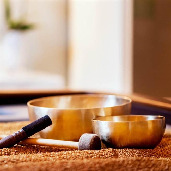 「靜謐之旅」包含體驗頌缽療程,透過頌缽聲波共振讓賓客放鬆身心。(台北文華東方酒店提供)