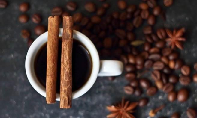 咖啡中加一小匙肉桂粉,不但口味更香濃,還能幫助減肥、降血糖。(示意圖 /Pixabay)