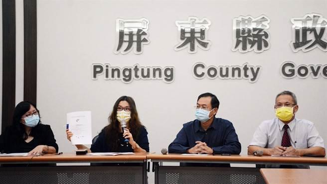 屏縣府發言人鄞鳳蘭(左二)澄清,針對信功消防安檢是例行公事,別潑政治髒水。(林和生攝)