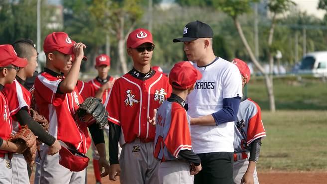 江國豪(右)覺得永靖國中棒球隊球員很有禮貌,思維也很細膩,勉勵他們遭遇瓶頸時,不要氣餒,堅持住才能從中成長。(圖/BE HEROES提供)