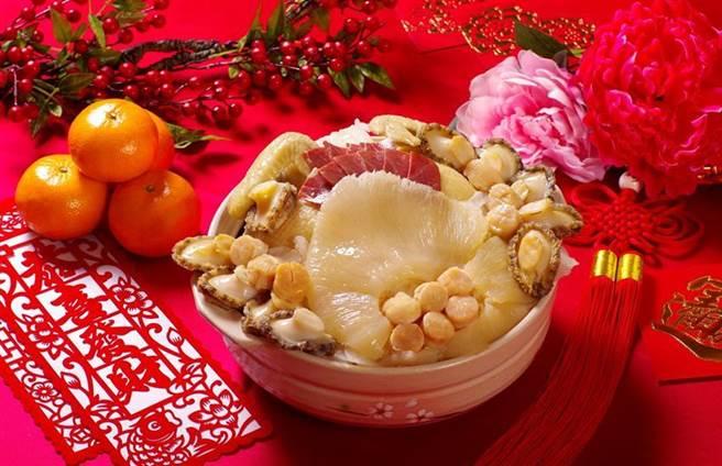(台北花園大酒店提早開賣年菜,今年除有「花開富貴團圓宴」外帶年菜,並有「花膠干貝鮑魚燉排翅」讓消費者圍爐。圖/台北花園大酒店提供)