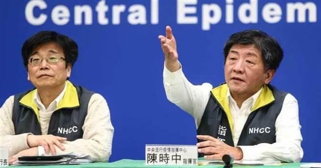 中央流行疫情指挥中心记者会,图左是执行官周志浩,图右是指挥官陈时中。(中时资料照)