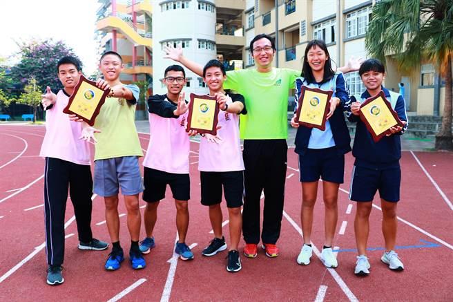 東港高中縣運成績全壘打,不僅拿下國男、國女、高男、高女組等總積分第一,400公尺接力還破紀錄摘金,當中還有非體育班的選手奪下跨欄冠軍、短跑前三。(謝佳潾攝)