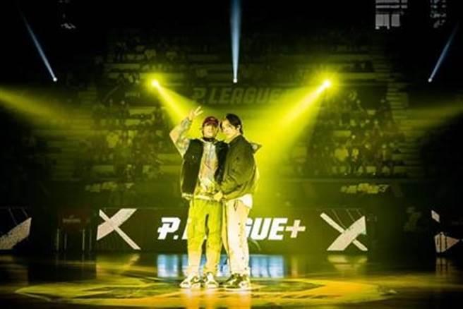 小樂與KIRE日前在台中演出,炒熱現場氣氛。(好撐音樂提供)