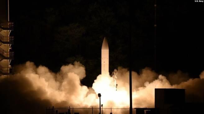 美國積極研發高超音速武器,澳大利亞也加入共同研發,以對抗來自俄中的威脅。圖為美軍高超音速武器測試。(圖/美國海軍)