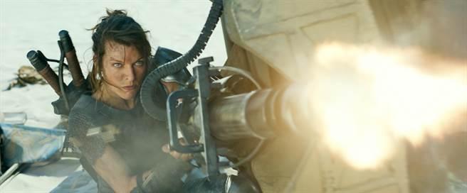 蜜拉喬娃維琪主演改編自CAPCOM知名電玩遊戲的電影《魔物獵人》。(索尼影業提供)