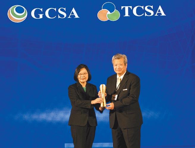 總統蔡英文(左)頒發「台灣十大永續典範公司獎」給中鋼董事長翁朝棟(右)。圖/中鋼提供