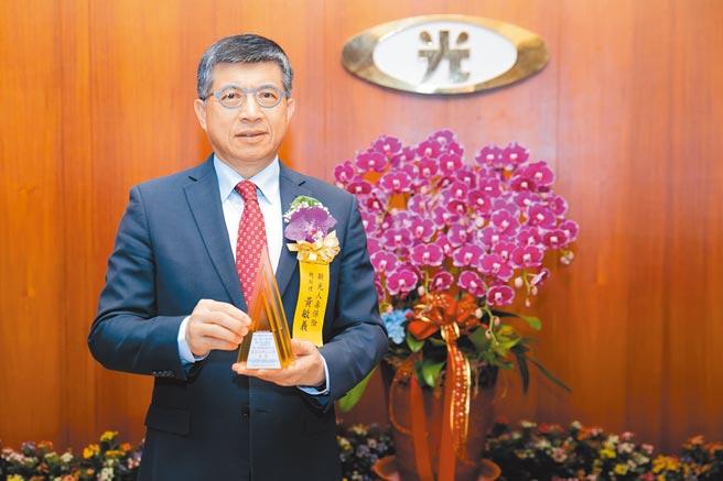 新光人壽獲得「國家品牌玉山獎」全國首獎,新光人壽總經理黃敏義獲總統接見表揚。圖/新壽提供