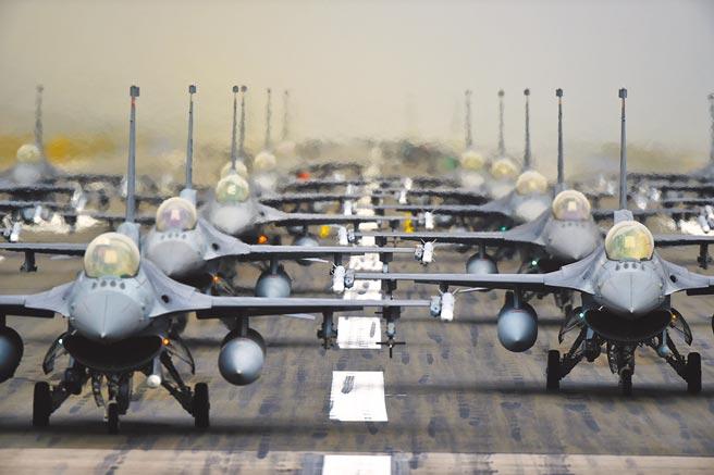 今年台美軍售金額高達118億美元,史上最高,國民黨立委吳斯懷呼籲國防部秉持專業,該拒絕就拒絕;圖為美國武器製造商洛克希德馬丁的F-16戰機群。(摘自美國空軍官網)