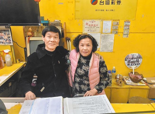 莊慶雲(左)和太太張雪雲(右)年幼罹患小兒麻痺,感念自己從小受人幫助,固定發放物資給52戶弱勢家庭。(陳彩玲攝)