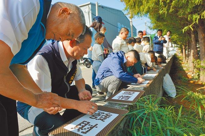 雅麥季系列活動設計字版模型,民眾逐一排列麥種並澆水,即可長出青綠麥芽。(王文吉攝)