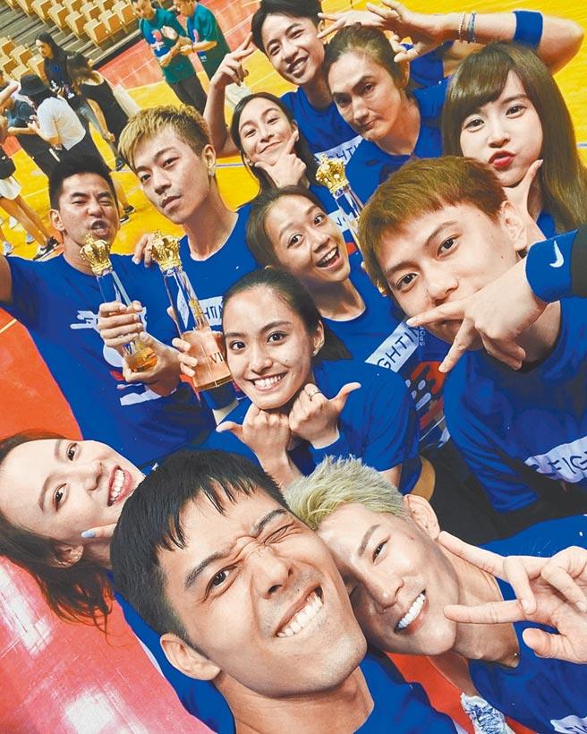 胡宇威(前左)在體育競技實境節目《全明星運動會》中擔任藍隊隊長。(資料照片)