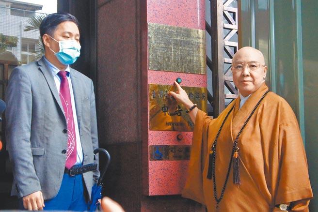 恆述法師昨到北檢按鈴控告江姓女弟子涉嫌詐欺。(張孝義攝)