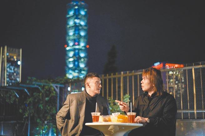 伍佰(右)與張震在星空下野餐,私聊自己三點不露的笑話。(台灣保時捷提供)