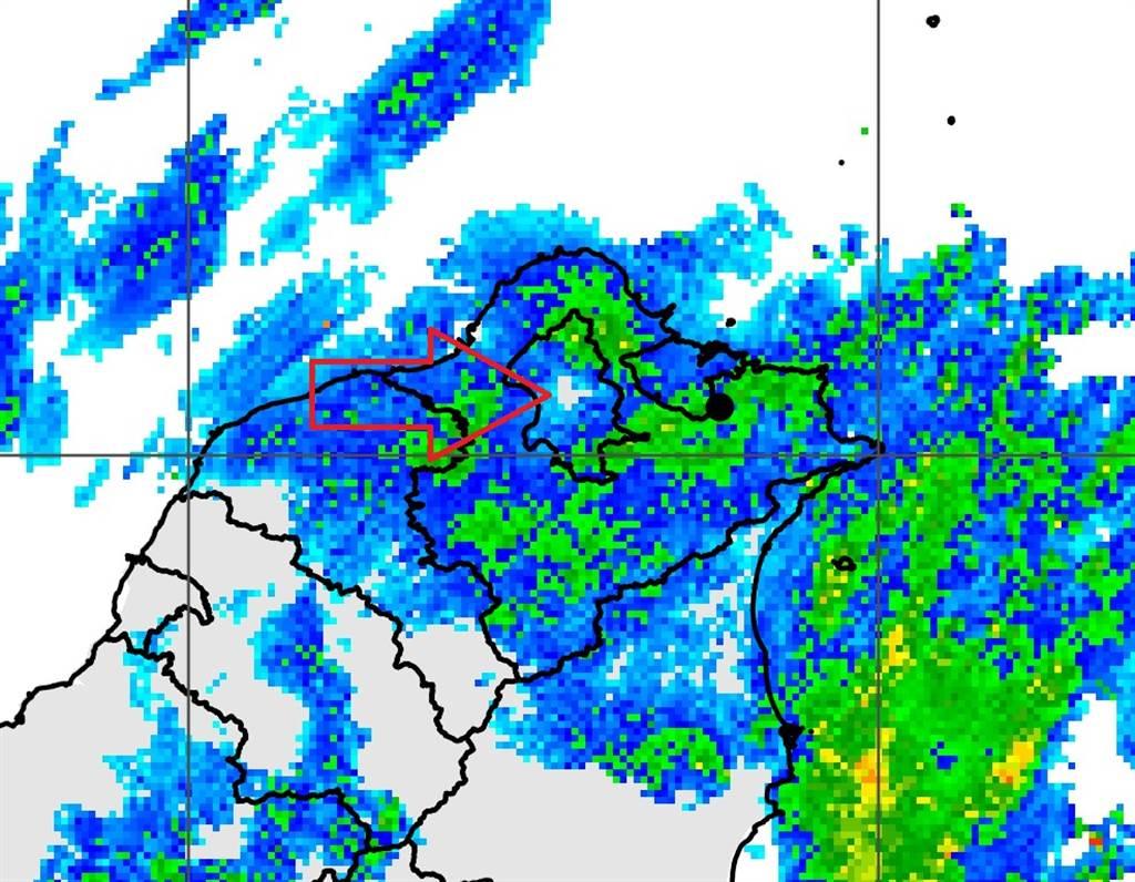 中央氣象局長鄭明典在臉書分享雷達回波圖,北部滿滿的回波中,只有台北市士林「空一個洞」沒下雨。(翻攝自 鄭明典臉書)