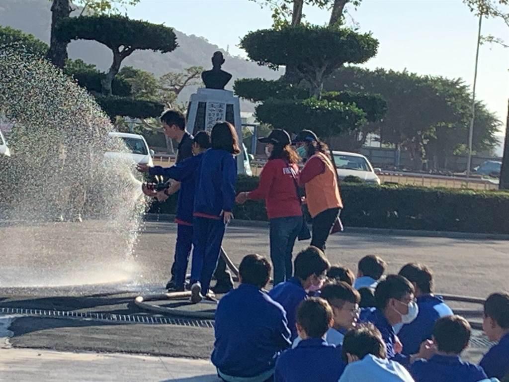 日南國中舉辦「公共安全消防體驗教育」,孩子們體驗滅火及逃生方式。(日南國中提供/陳淑娥台中傳真)