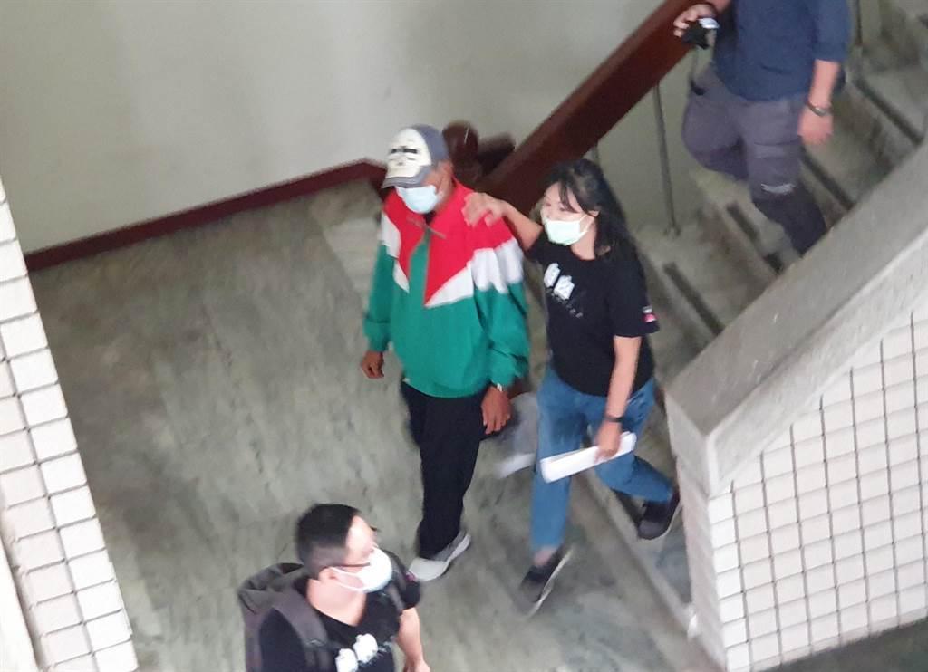 林金貴(紅綠外套者)被控13年前槍殺王姓計程車司機,3日高雄高分院再審更一審判決結果竟又逆轉無罪判決,林男再度遭判無期徒刑,可上訴。(袁庭堯攝)