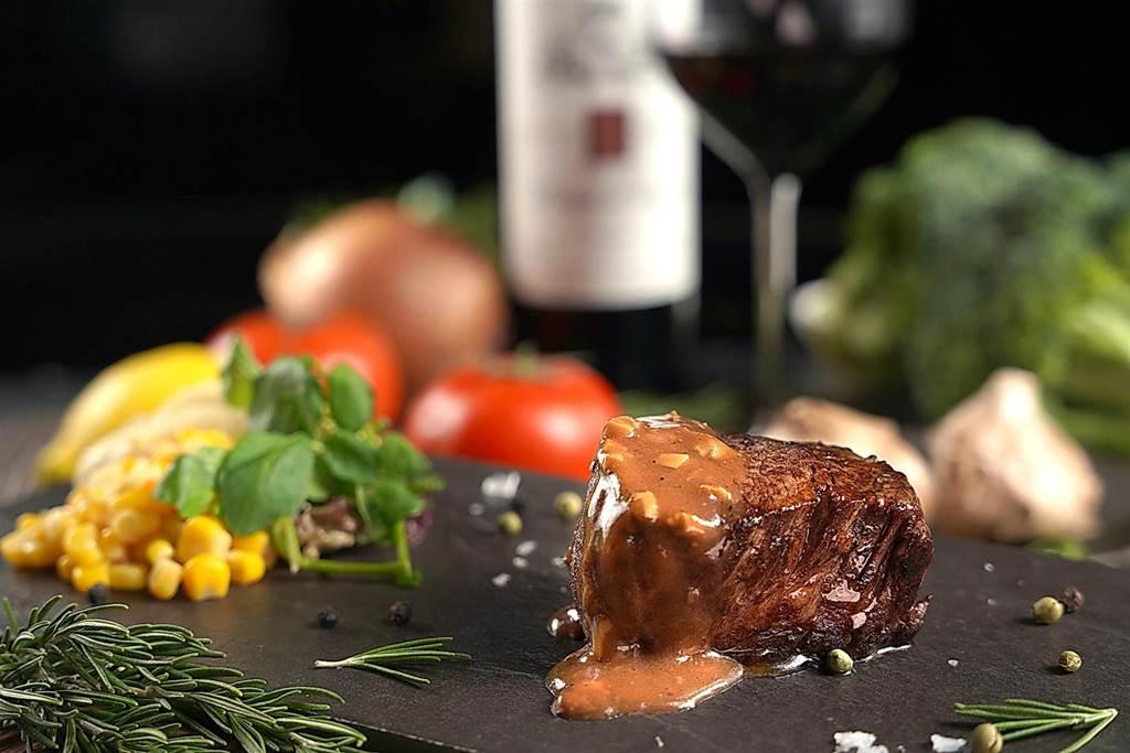 搶年終報復性餐飲商機,君品酒店雲軒西餐廳推出「頂級牛排吃到飽」。(圖/君品酒店)