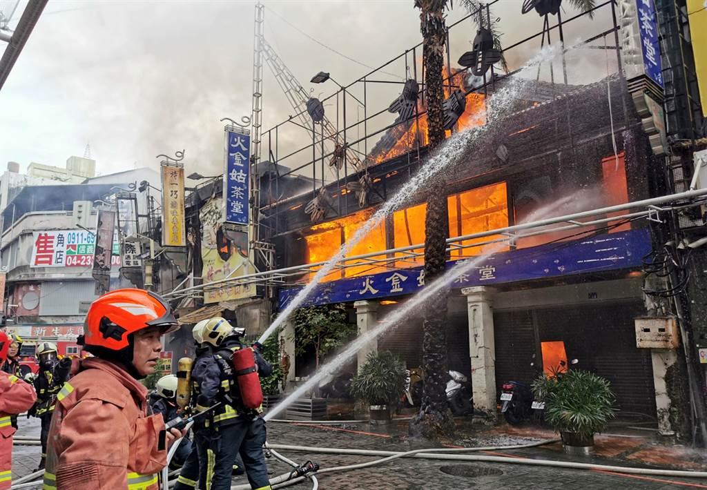 台中市繼光街中山路口,3日上午傳出火警,由於皆為木造老建築,一路延燒,消防隊搶救中。(黃國峰攝)