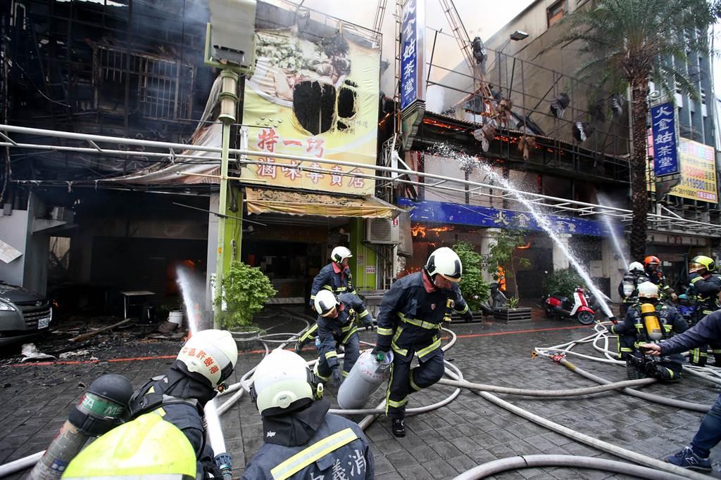 台中市繼光街中山路口,3日上午傳出火警,由於皆為木造老建築,一路延燒,消防隊搶搬瓦斯桶。(黃國峰攝)