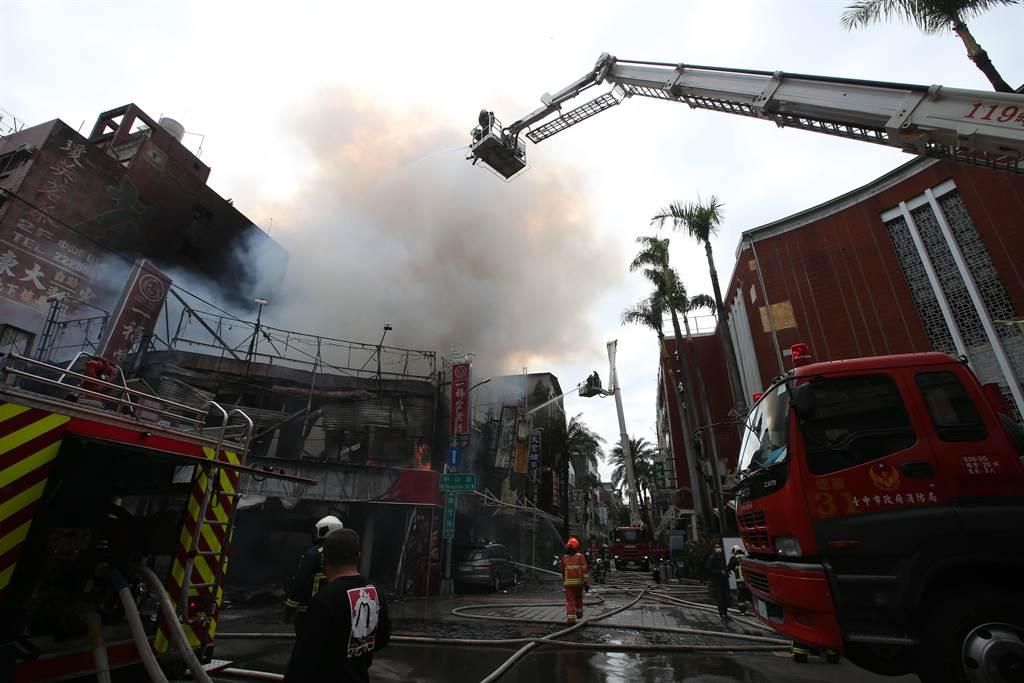 台中市繼光街中山路口,3日上午傳出火警,由於皆為木造老建築,一路延燒,消防隊出動雲梯車滅火。(黃國峰攝)