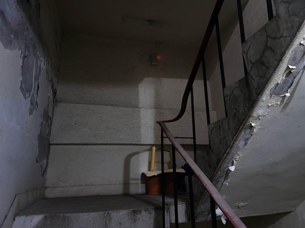 昏暗的逃生通道,牆面嚴重漏水留下壁癌景象。(照片/游定剛 拍攝)