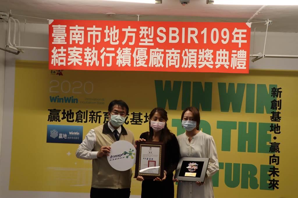 台南市長黃偉哲(左)頒獎給經發局輔導的創新研發績優中小企業。(劉秀芬攝)