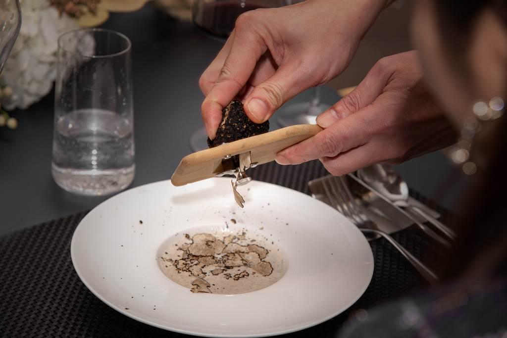 一位女網友表示,交往8年男友突然說要帶她吃「松露全餐」,餐廳卻選在麥當勞,沒想到結局竟藏感人洋蔥,網友直呼:是真愛!(示意圖/Shutterstock)