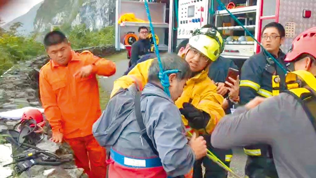 胡姓男子拍照時不慎墜落山谷,抓住樹枝保住一命,直到消防人員將他吊起救出。(花蓮消防局提供/王志偉花蓮傳真)