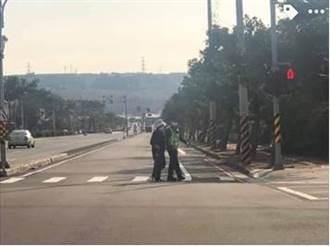 波麗士牽老婦過馬路 民眾拍照PO上網「心暖暖的」