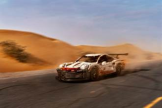 沙漠中的Porsche 911 RSR LEGO