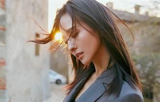 張鈞甯鏤空洋裝洩邪惡視角 天鵝頸直角肩狂噴仙氣