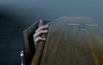影》男屍不躺棺 詭異坐姿入場 教堂人員嚇壞了