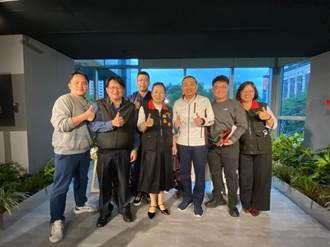 徐榛蔚造訪新北開直播 侯友宜:歡迎來看歡樂耶誕城