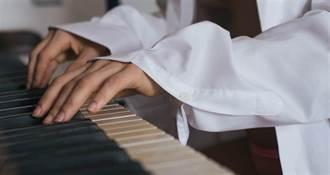 甜美鋼琴直播主約金主回家 夫早嗅出偷情裝天眼直擊妻嘿咻