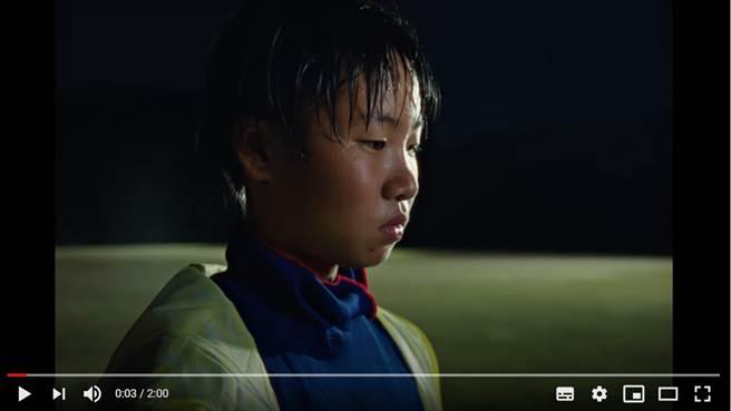 NIKE日本最新廣告揭發日本社會黑暗面,指出外來人士受到排擠,只有在運動場上取得佳績才能被認可 (圖/NIKE Japan)