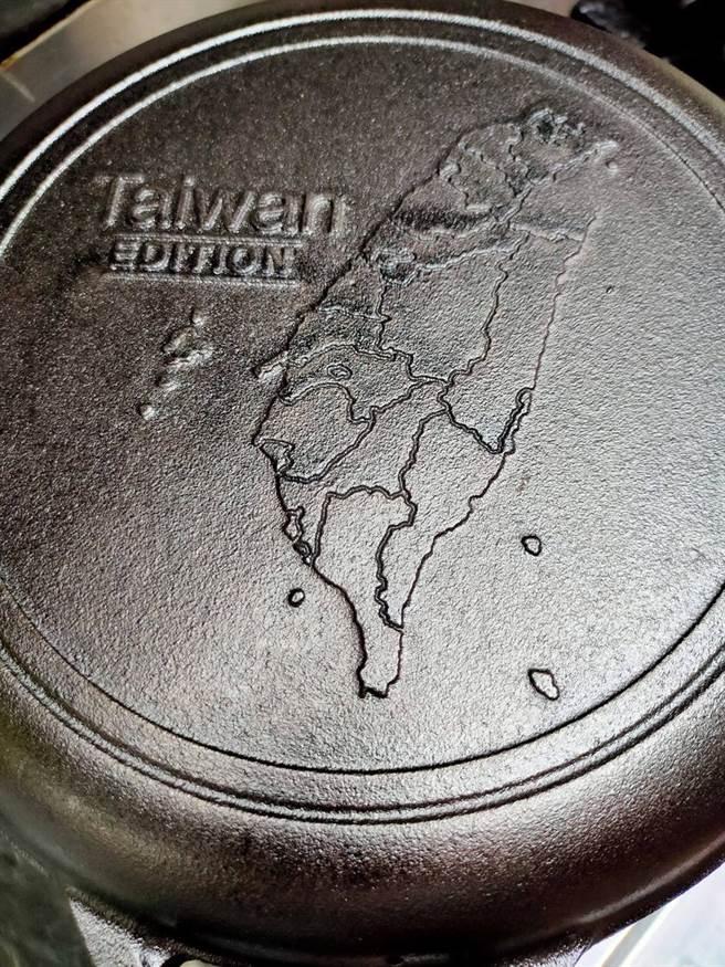 好市多驚見「台灣限定」版的鑄鐵鍋,鍋子底部印有台灣地圖,引發網友熱議。(圖/翻攝自好市多商品經驗老實說)
