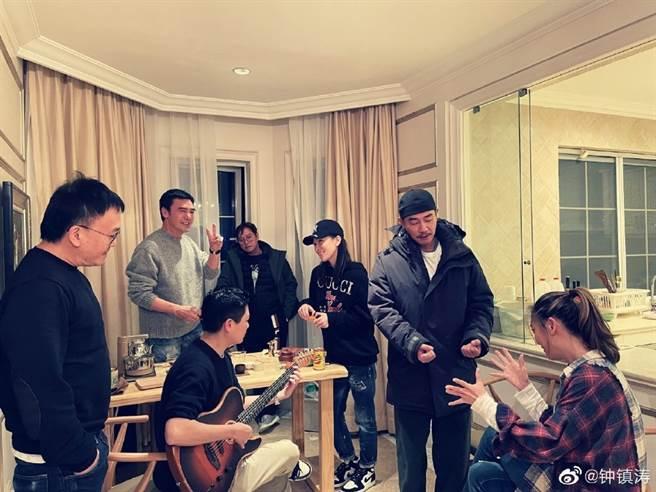 鍾鎮濤、譚詠麟、佘詩曼、陳小春夫妻一同聚會。(圖/翻攝自鍾鎮濤微博)