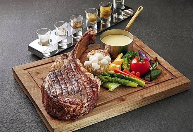 慕軒飯店推出12月限定『戰斧牛排無限饗宴』活動,8公斤美國安格斯黑牛戰斧無限供應。(圖/慕軒飯店)