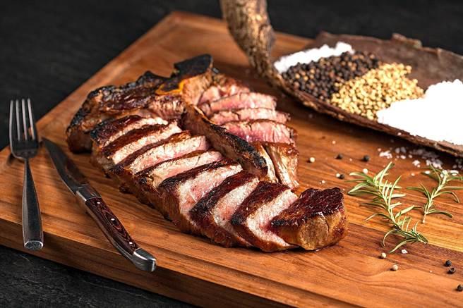Fresh & Aged Italian Steak House美福乾式熟成牛排館推出50盎司「美國頂級厚切乾式熟成55天丁骨牛排」,標榜可供3人享用。(圖/美福乾式熟成牛排館)