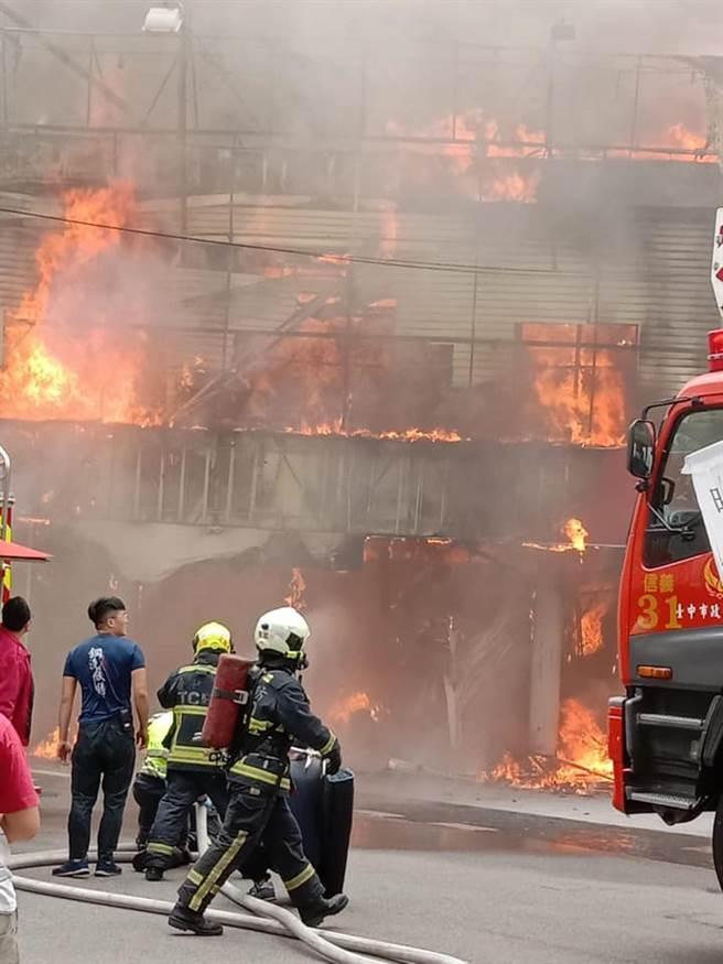 台中市繼光街在地知名的一福堂太陽餅老店今(3日)傳出火警。(臉書社團《爆廢1公社》/蘇育宣翻攝)