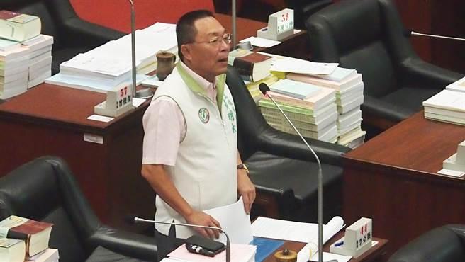 高雄巿議員黃明太2日在議會質詢。(曹明正攝)