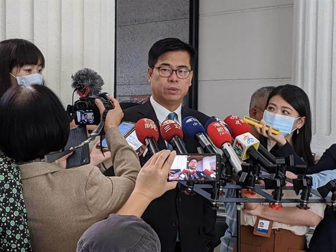 高雄巿長陳其邁3日在議會受訪。(曹明正攝)