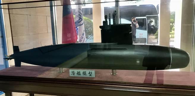 蔡英文總統與台船公司董事長鄭文隆等人,11月24日在台船公司高雄廠主持「潛艦國造建造案開工典禮」,原型艦預計2025年能交付海軍,圖為潛艦模型。(曾薏蘋)