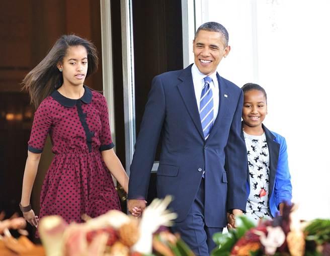 美國前總統歐巴馬的小女兒莎夏(Sasha Obama,右)已經從當年的小女孩長成亭亭玉立的19歲大學生,最近一支和朋友合拍的舞蹈影片引起關注,網友驚呼變超美。圖為2011年歐巴馬與2個女兒的資料照。(資料照/TPG、達志影像)