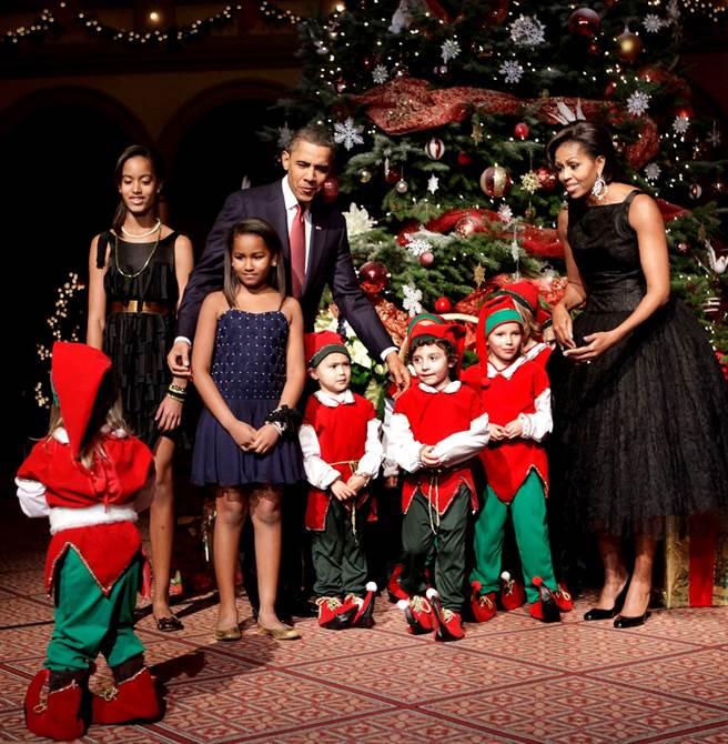 歐巴馬小女兒莎夏(左二藍色細肩帶洋裝小女孩)長大後變正妹。圖為2010年一家人過耶誕的資料照。(資料照/TPG、達志影像)